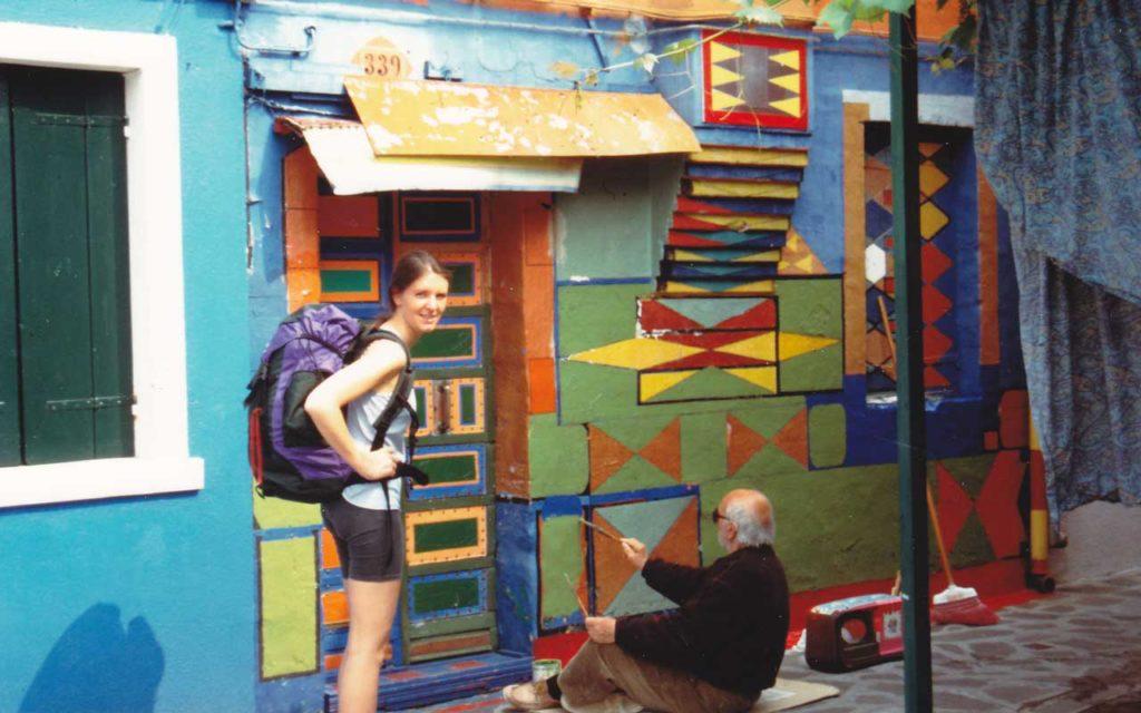 Bepi al lavoro con una turista in posa. Foto per gentile concessione di Albertina Toselli, la riproduzione non è consentita.